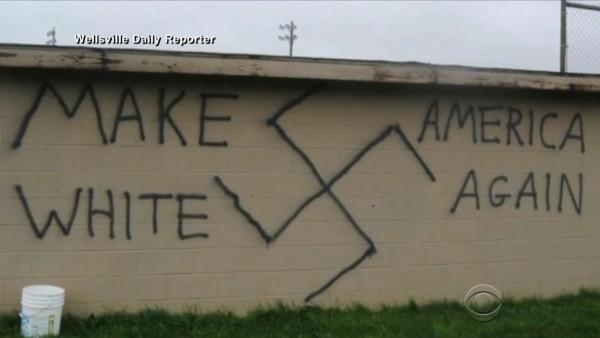 Incidentes de odio e intimidación, como el que muestran estos símbolos y consignas en las paredes, se dispararón desde la elección de Trump. Foto: CBS News.