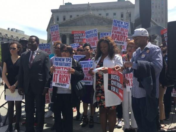 Funcionarios elegidos haitianos y no haitianos, y defensores de los inmigrantes se reunieron en Foley Square Park, en la ciudad de Nueva York ayer por la tarde para llamar al presidente Donald Trump a no finalizar el programa TPS para haitianos. Foto: New York Observer.