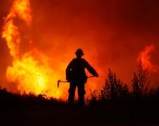 Las llamas empeoran con el factor del viento en California, mientras los bomberos luchan incansablemente  contra la voracidad de las llamas. Foto: www.usnews.com