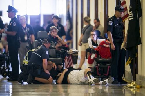 Contribuyentes son arrestados  por la policía del Capitolio tras su insistente protesta contra el proyecto de recorte de impuestos de los republicanos. Foto: www.timesfreepress.com.