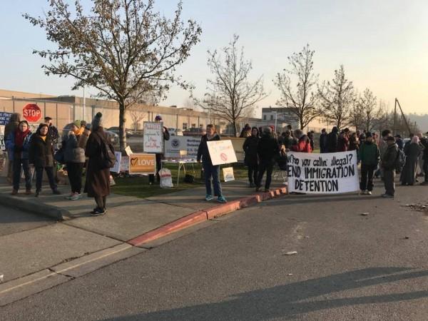 Protesta el 13 de diciembre a las afueras del Centro de Detención de Inmigración en Tacoma, organizada por NWDC Resistance e Indivisible Tacoma. Foto: página de Facebook de Resistir a NWDC.