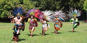 Grupo de Danza Ateca Calpulli Tonalehqueh. Calpulli significa comunidad y Tonalehqueh los guerreros que acompañan al Sol. En la Plaza de la Herencia Mexicana.