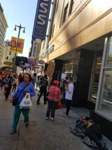 Cesibel Contreras sale de la tienda Ross, de comprar barato. De espaldas y gorra roja Carmen Castañeda.
