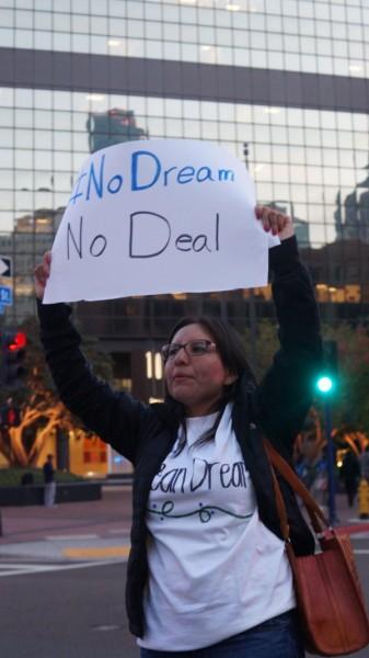 La dreamer y abogada de migración Dulce Garcia en protesta en San Diego. Foto de Manuel Ocaño.