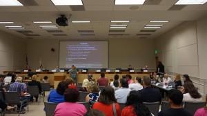 La comunidad en una reunión informativa.
