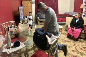 Eminol de los Santos con su esposa y nieto en la casa temporal que comparte con dos de sus hijos y sus parejas. Foto: Cortesía de Eminol de los Santos.