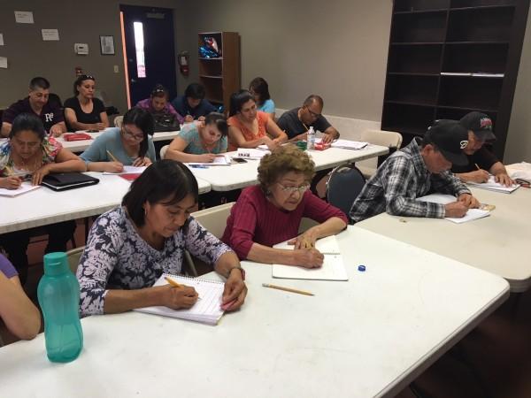 A)La organización LUCHA en una reunión informativa, ha asistido a más de 400 personas para que se conviertan en ciudadanos estadunidenses en los últimos dos años.