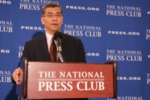 El procurador de California, Xavier Becerra, habla del impacto sobre California del plan fiscal de los republicanos, entre otros temas, en el marco de una visita al club nacional de prensa en Washington.
