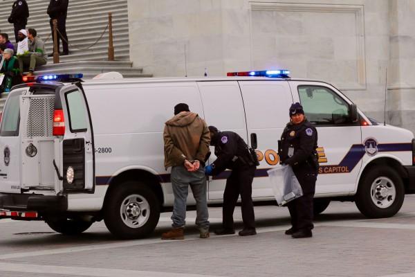 Activistas son arrestados en Washington, la capital del país, al protestar por las políticas antinmigrantes de la administración federal y contra el plan de recortes impositivos. Foto: José López Zomorano.