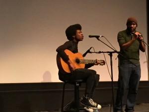 Ellis Carter, joven compositor y cantante con su padre, Demone Carter, artista del Hip-Hop dedicado a las artes y al activismo político en San José, California.