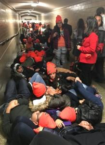 Soñadores instalan un plantón en los pasillos del Capitolio, en las oficinas de los legisladores para hacerles presión antes de la votación del plan de gastos a corto plazo.