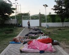 Los migrantes duermen en el suelo al amanecer en el refugio Hermanos en el Camino en Ixtepec, Oaxaca. Los edificios aquí están demasiado dañados para entrar.
