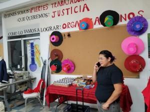 Mariela Martínez, Directora de Organización del Garment Workers Center, ajusta detalles para la protesta.