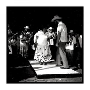 Zapateando sobre la tarima un son Guasteco.  Foto: Deletradero.blogspot.org