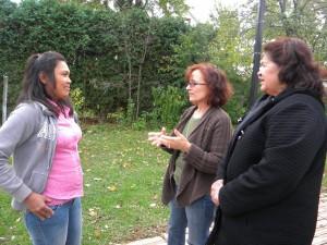 Organizadoras de la Floc hablan con Rufina una trabajadora mexicana del programa de invitados H-2A en Carolina del Norte. Foto: Cortesía de Floc.
