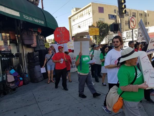 Santiago Pok, de camiseta roja,  marcha por las calles de Los Ángeles.