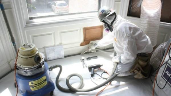 Personal contratado por EPA cambia la pintura vieja con plomo en una vivienda. Foto: www.angieslist.com.
