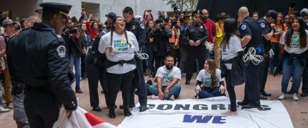 Decenas de soñadores arrestados en el Capitolio de Washington, DC. Foto: ABC News.