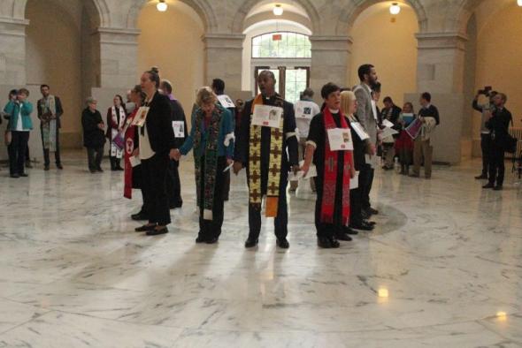 Líderes cristianos protestando adentro del Capitolio y posteriormente arrestados. Foto: www.crhristianpost.com.