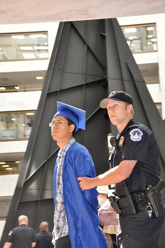 Dreamer arrestado por un policía del Capitolio en Washington, DC. Foto: www.citizenorange.com.