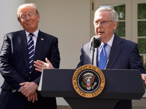 El presiente Trump y el líder de la mayoría en el Senado, Mitch McConnell celebrando que pasó su plan de recortes de impuestos en la cámara alta del congreso. Foto: www.businessinsider.de