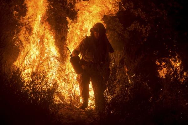 Bomberos luchan para contener el fuego en diversos focos donde simultáneamente arden. Foto: theatlantic.com