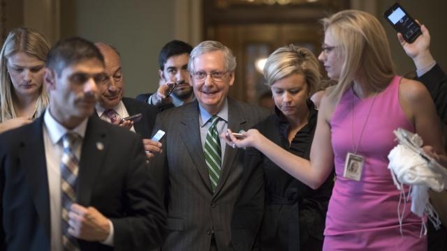 Senador Mitch McConnell se muestra reconfortado después de una votación en el Senado. Foto: www.lemonwire.com