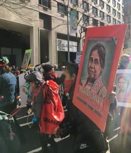 """Contingente en la Marcha de las Mujeres el sábado 20 de enero de 2018 portan la imagen de la a la presidencia de México, María de Jesús Patricio Martínez, """"Marichuy. Foto: MVG."""