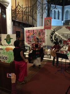 En el convivio con otros movimientos populares del área de Nueva York – Nueva Jersey, Bettina Cruz hace gala de sus tradiciones bailando música tica del Istmo de Tehuantepec. Foto: MVG.