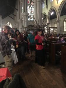 En la reunión con los líderes populares en la Iglesia de La Santa Cruz un grupo de 'danzantes aztecas' inicia una ceremonia de origen prehispánico como parte de las actividades de ese día. Foto: MVG.