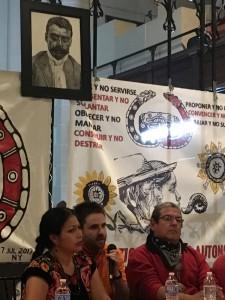 A la derecha, de lentes, Francisco Grado Villa, delegado del CIG, escucha atento a Bettina Cruz. Foto: MVG.