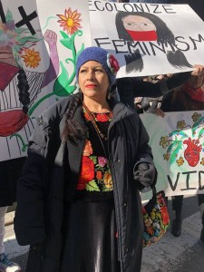 En la imagen la delegada del Concejo Indígena de Gobierno, Bettina Cruz Velázquez, zapoteca de Juchitán, Oaxaca, en la Marcha de las Mujeres que se llevó a cabo en la ciudad de Nueva York, en gira de trabajo por EEUU promoviendo la candidatura de la primera mujer indígena a la presidencia de México, Marichuy. Foto: The New Yorker.