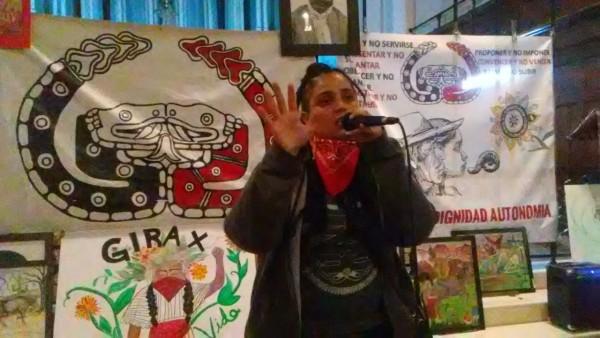 Esta joven mujer rapera, Audry Bustos Díaz, recién llegada de Puebla a la ciudad de Nueva York, ameniza en el encuentro de los delegados del GIG con una de sus creaciones musicales. Foto: Francisco Ramírez.