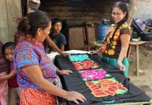 Bettina aprecia la ropa típica de su cultura con que se viste. En lo imagen platica con una vendedora de telas juchiteca. Foto: www.desinformemonos.com.