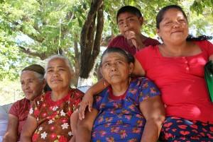"""En el Istmo lo mismo participan hombres que mujeres en las luchas y en las decisiones importantes de la familia y la comunidad. Bettina confirma que aquí las mujeres """"se mueven, hablan y deciden"""". Foto: www.desinformemonos.org"""