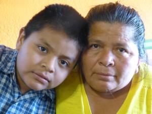 Albertina Gutiérrez y su hijo Lester, de 8 años de edad. Ella huyó de la violencia en Guatemala y halló asilo en Estados Unidos.