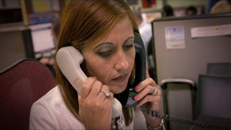 Operadora del Centro para la Prevención del Suicidio atiende al mismo tiempo hasta dos llamadas de potenciales suicidas. Foto: www.eblnews.com.