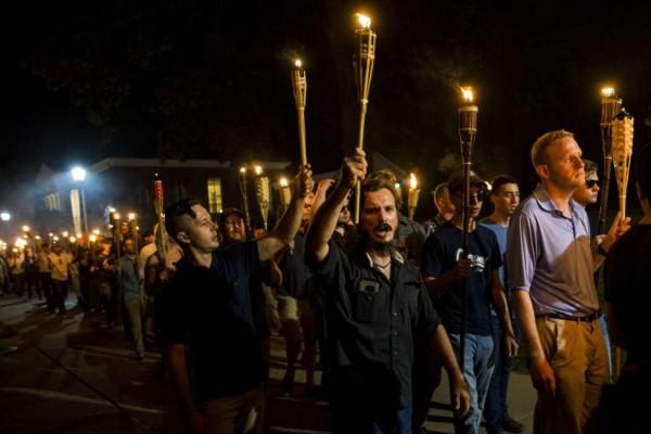 La víspera del asesinato de una mujeres por un supremacista marchan hombres blancos en una iglesia de Charlotesville, Virginia, al puro estilo del Ku Klux Klan. Foto: www.celebrityinsider.org