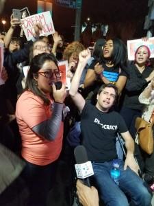 Cristina Jiménez, Directora de United We Dream informa sobre una reunión con personal de la oficina de la Senadora Diane Feinstein. En silla de ruedas el activista, Ady Barkan.