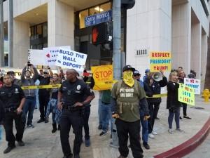 Grupo republicanos contra manifestantes que critica a Senadora Feinstein y apoya a Trump, se manifiesta en Los Ángeles contra los Soñadores.
