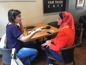 La reportera Valeria Fernández entrevista a Deedra Aboud, aspirante al puesto que dejará vacante el congresista republicano, Jeff Flake. Foto: cortesía de Valeria Fernández.