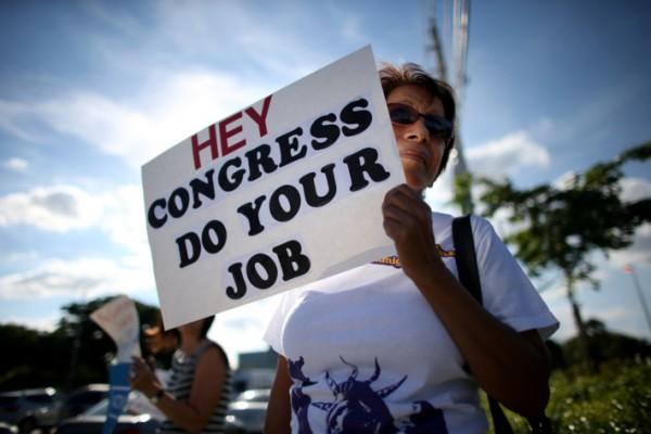 """""""Espero que cierren el maldito gobierno"""", dice esta mujer que protesta en Washington, DC por la incertidumbre que genera el juego político entre la Casa Blanca y el Congreso. Foto:  www.commonsensenation.net."""