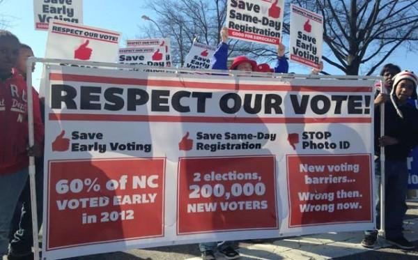 Denuncia gráfica de residentes de Carolina del Norte contra la 'anunciada' supresión del voto de las minorías. Foto: www.politicususa.com
