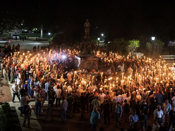Cientos de nacionalistas y supremacistas blancos con antorchas tiki marcharon por el campus de la Universidad de Virginia el 11 de agosto de 2017. Foto: Getty Images.