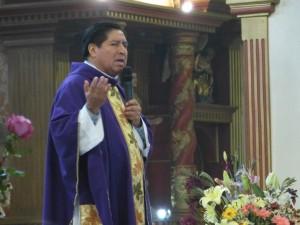 Padre Dionicio, oficiando misa.