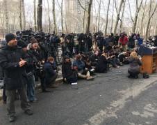 Esperando la salida del Procurador General de Nueva York y los otros demandantes del Centro Nacional de Leyes de Inmigración Y DE Make The Road NY, de la Corte federal del distrito Sur de Nueva York en Brooklyn. Foto: MVG.