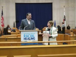 Reverendo Alvin Herring, recibe proclama del Condado de Los Ángeles de manos de Supervisora Sheila Kuehl.