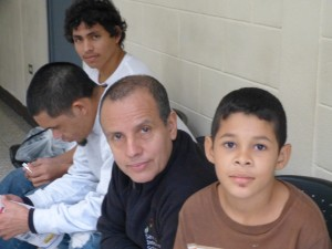 Rodolfo Antonio (izquierda), junto con otros refugiados en Casa Migrante.