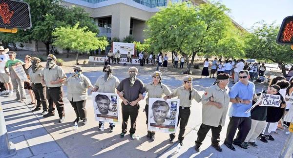 Estudiantes de preparatoria del Distrito Escolar de Tucson, Arizona, y sus aliados protestan contra la prohibición del programa de Estudios Étnicos México Americanos. Foto: Limits to Growth.