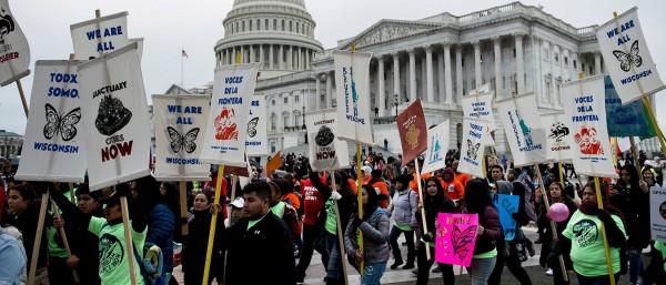 Defensores, familiares y amigos de los Dacamentados protestan frente al Capitolio en DC porque la Casa Blanca y los republicanos más conservadores rechazaron una propuesta en apoyo   DACA, impulsada por 'La Banda de los Seis'. Foto: www.dailycaller.com.